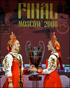 Women dressed in traditional Russian costumes perform at a the Cup Handover ceremony in Moscow (3 April 2008)
