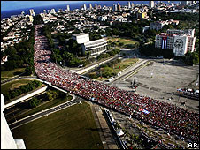 Thousands march through Havana to mark May Day 2008