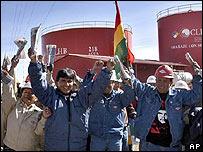 Trabajadores de YPFB celebran el anuncio de estatización de la empresa