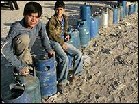 أطفال فلسطينيون يجلسون على قوارير الغاز في غزة 30-04-2008