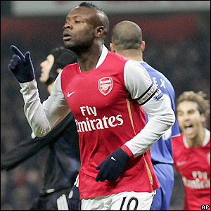 Gallas celebrates as Arsenal go on to win 1-0