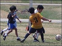Ni�os jugando al futbol
