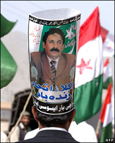 A Pakistani lawyer wears a makeshift hat showing former chief justice Iftikhar Muhammad Chaudhry in Quetta, 31 March 2008