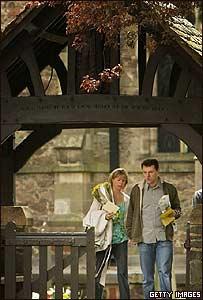 Kate y Gerry McCann salen de la iglesia en Rothley, Leicestershire