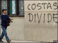 Un hombre pasa delante de una pintada que alude al prefecto de Santa Cruz, Rubén Costas