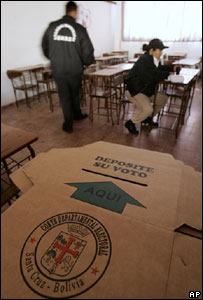 Preparativos en un colegio electoral de Santa Cruz