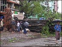 Habitantes de Rangún revisan un árbol derribado por el ciclón Nargis