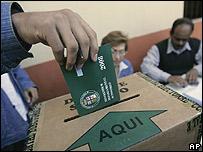 Una mujer deposita su voto en Santa Cruz
