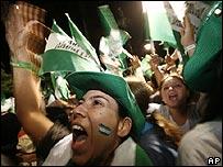 Residentes de Santa Cruz celebran los resultados no oficiales