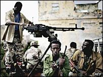 Сомалийские солдаты на рынке в Могадишо (фото 6 декабря 2007 года)