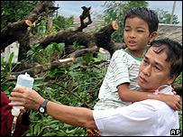 Un niño es llevado a un centro de asistencia en Yangón