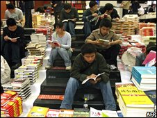 Chinese students in Xian read Japanese literature in bookshop