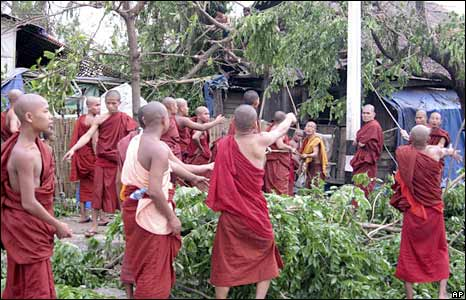 Monks clear up roads in Rangoon on 5 May 2008