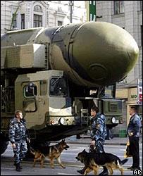 """Милиционеры с собаками возле ракеты """"Тополь"""" во время репетиции парада 5 мая 2008 г."""