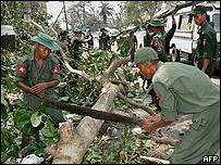 Militares birmanos intentan despejar las calles de la capital