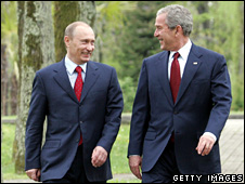 Vladimir Putin (l) and George Bush (6 April 2008)