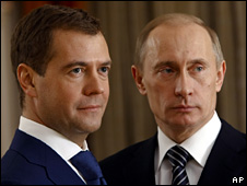 Dmitry Medvedev (l) and Vladimir Putin (30 December 2007)