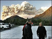 La presidenta de Chile, Michelle Bachelet, y el ministro de Defensa, José Goni, cerca del volcán.