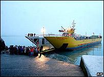 Evacuación de pobladores en barcos chilenos.