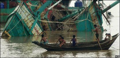 Barcas de pescadores destruidas por el cicl�n Nargis