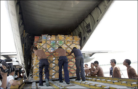 Thai soldiers load supplies for the cyclone victims in Burma onto a plane in Bangkok on 6 May 2008