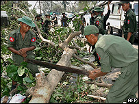 Soldados birmanos cortando un �rbol