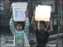 Dos ni�os birmanos acarrean agua en Yang�n