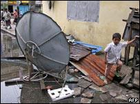 Niño entre escombros tras el paso del ciclón