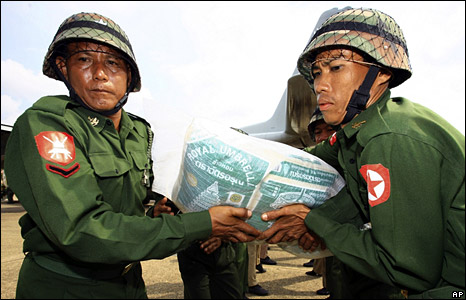 Burmese soldiers carry a sack of rice, part of aid supplied by the Thai government, at an airport in Rangoon (6 May 2008)