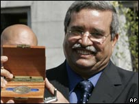 Mohamed Khalil recibe una medalla de la ciudad de Newark.
