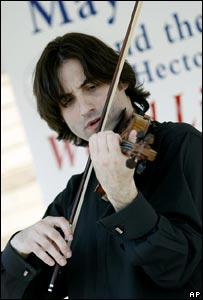 Philippe Quint tocando en el aeropuerto de Newark