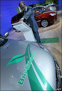 Visitante revisa un coche de biocombustible en la Feria del Automóvil de Frankfurt, Alemania