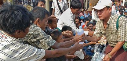 Entrega de ayuda en Birmania. Foto: AFP