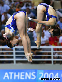 Divers Jingjin Guo and Minxia Wu took gold in the 3m synchronised final