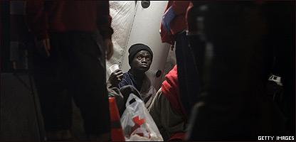 Inmigrante ilegal socorrido por la Cruz Roja en España