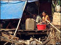 Una familia se cobija debajo de una tienda en Dedaye, a 40 km de Rang�n