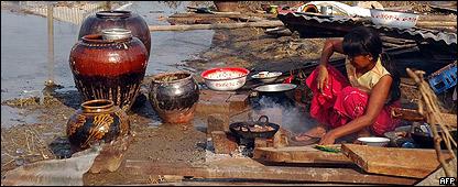 Una mujer que qued� sin hogar cocina para su familia en Konegyangone