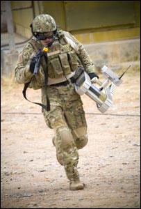 SUGV (Small Unmanned Ground Vehicle) в руках у солдата (фото с сайта www.fcs.army.mil)