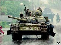Танк на шоссе в бывшей Югославии (1995 г.)