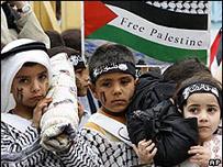 أطفال فلسطينيون يحيون ذكرى النكبة في مخيم في لبنان