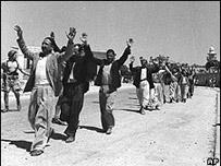 فلسطينيون يستسلمون للقوات الإسرائيلية في الرملة