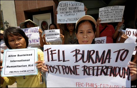 Activists outside the Thai embassy in Manila, 8 May 2008