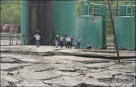 Emergency crews monitor sinkhole 7 May  2008