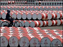 Ciclista entre barriles de petróleo