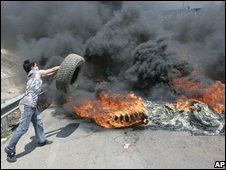 Man throws tire on fire in Beirut (8 May 2008)