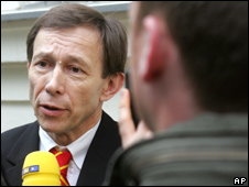 Rudolf Mayer, Josef Fritzl's lawyer, speaks to the media in front of St Poelten prison (5.05.08)