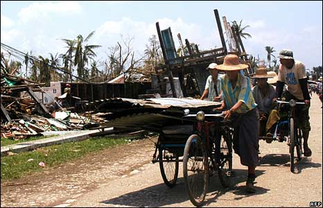 Villagers transport belongings and repair supplies in Bogalay on 8 May 2008
