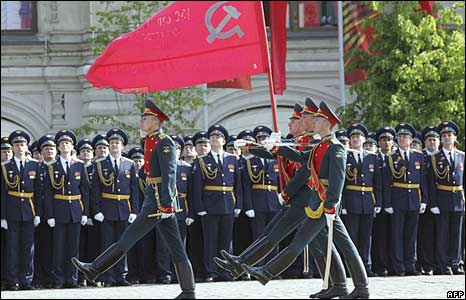 Russian soldiers march across Red Square during a Victory Day Parade in Moscow on May 9, 2008 carrying the flag of victory
