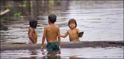Ni�os jugando en aguas del r�o Amazonas