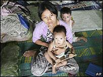 Una mujer y dos niños, en un refugio temporal cerca de Rangún
